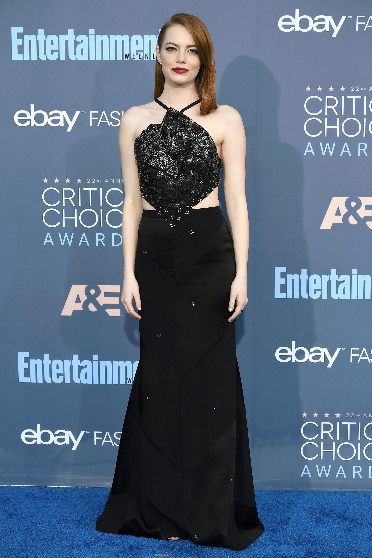 영화 <라라랜드>로 '크리틱스 초이스 영화상'의 작품상을 수상한 배우 <strong>엠마 스톤</strong>은 컷아웃 디테일의 비즈 장식 블랙 드레스로 고혹적인 아름다움을 드러냈다