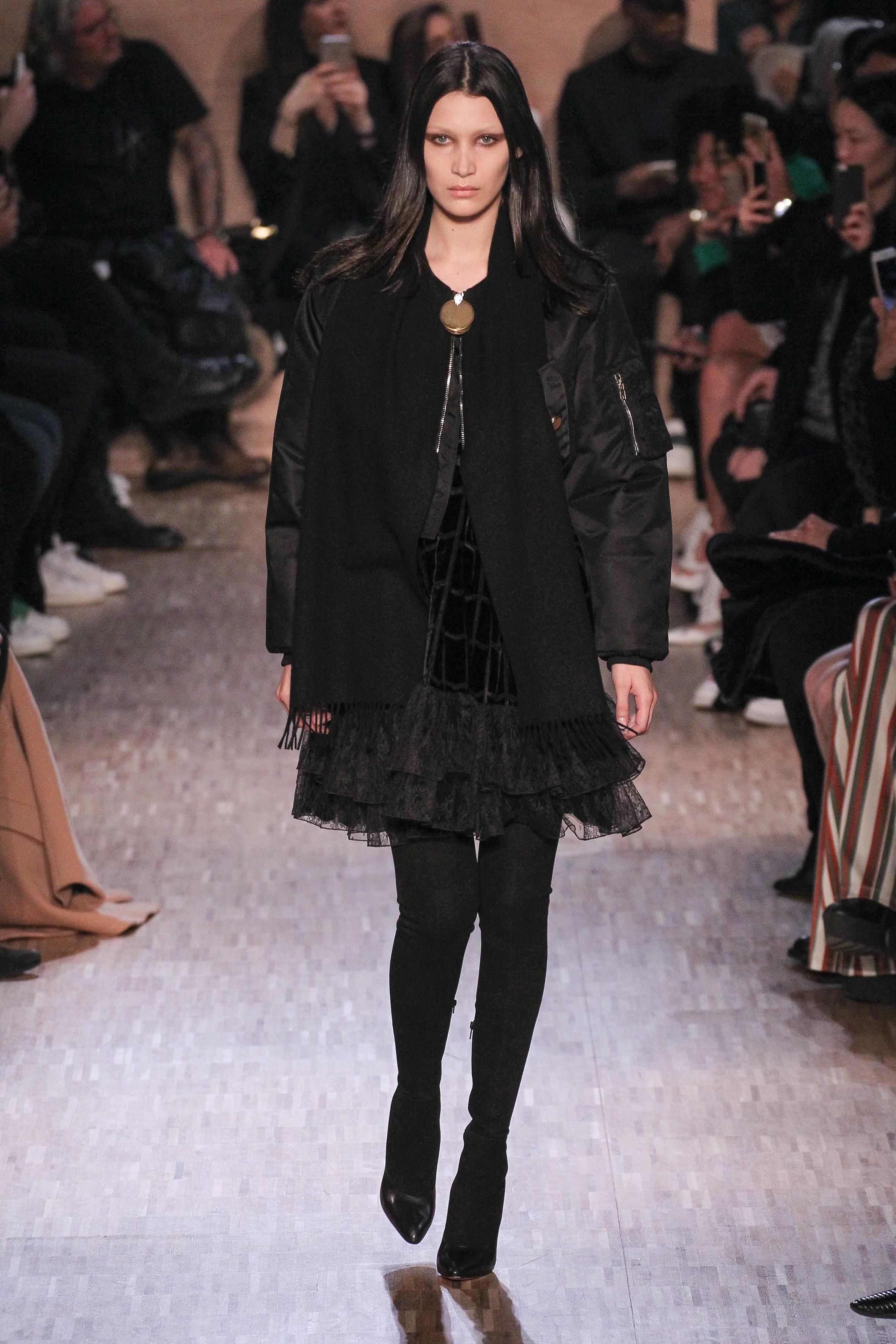 GIVENCHY 캐주얼한 블랙 MA1 점퍼도 좋다. 점퍼를 벗는 순간 변신할 러블리한 러플 미니 드레스와 함께라면!