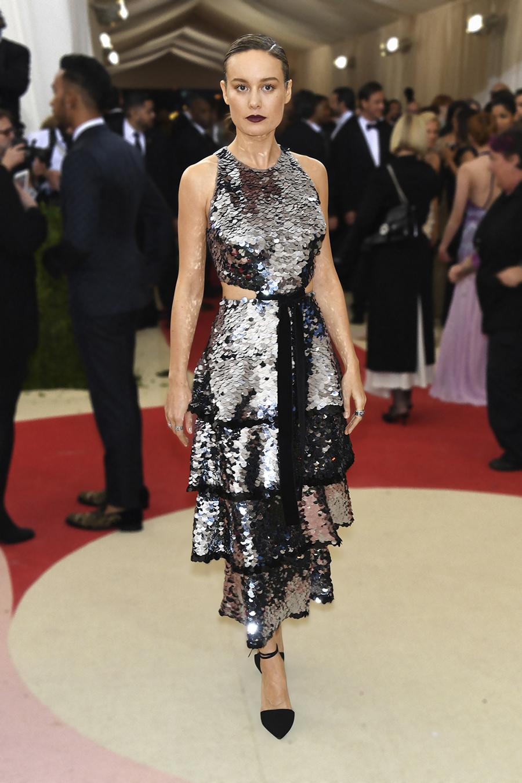 오스카 시상식에서 여우주연상을 수상한 <strong>브리 라슨</strong>은 프로엔자 스쿨러의 실버 스팽글 장식 드레스를 시크하게 소화했다