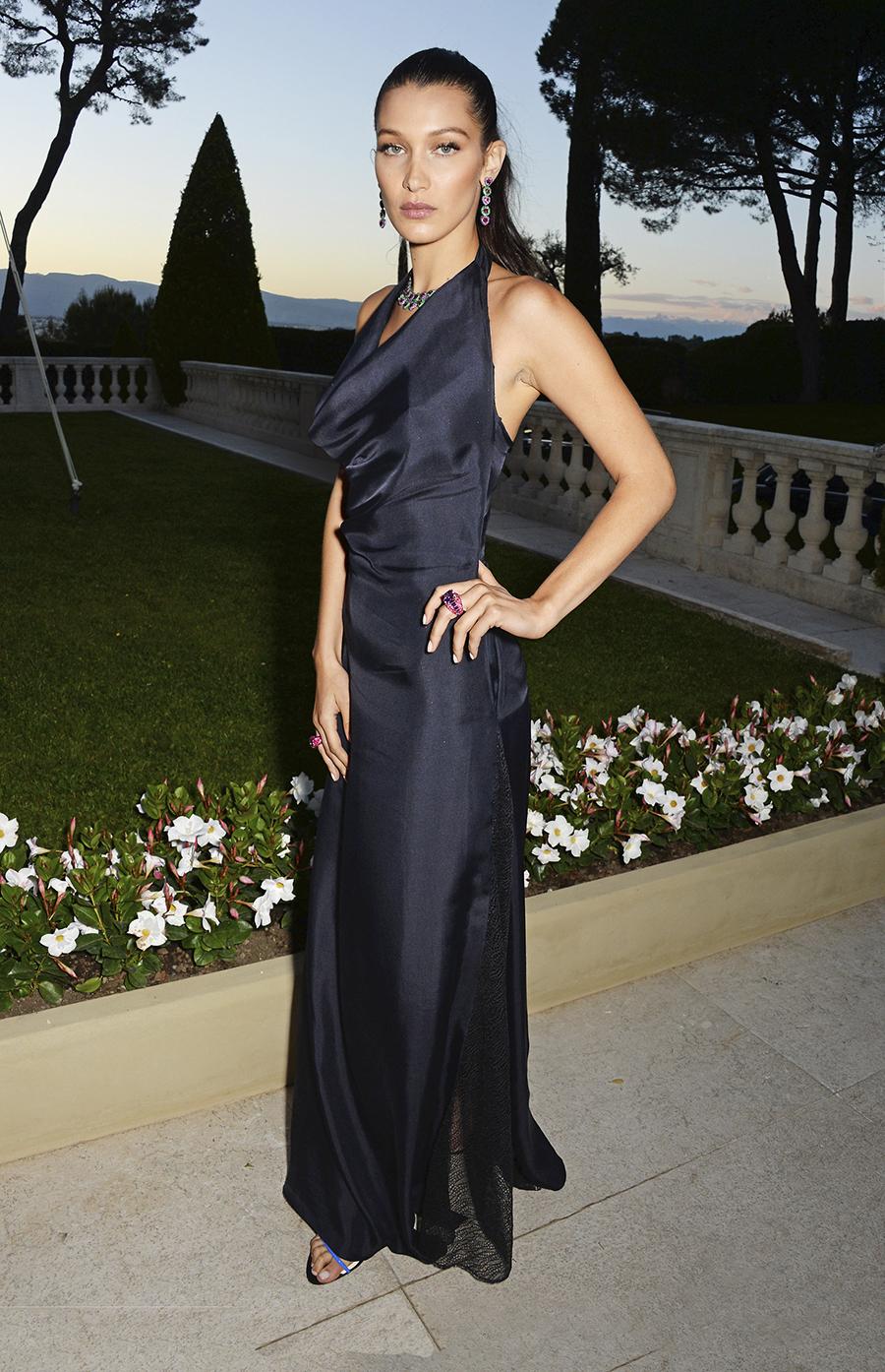 칸 영화제의 디너 파티에서 디올의 홀터넥 드레스로 우아한 존재감을 드러낸 <strong>벨라 하디드</strong>