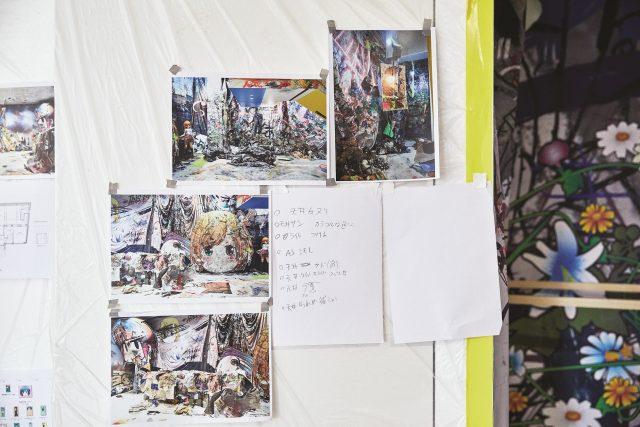이번 전시와 비슷한 기분으로 만들었다는 긴자 구찌 매장의 인스톨레이션 사진이 벽에 붙어 있었다