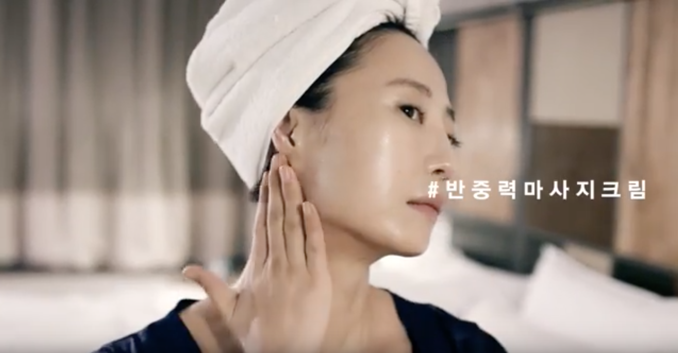 탄력있는 피부, 아름다운 목선, 균형잡힌 보디 라인을 가진 무용가 김윤아의 일상 포착