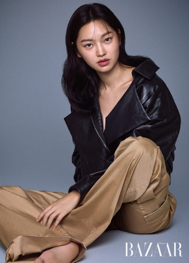 레더 재킷은 Recto, 팬츠는 Michael Michael Kors 제품.