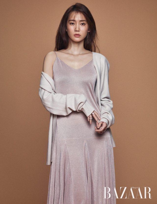 슬립 드레스는 YCH, 카디건은 Cos, 귀고리와 반지는 모두 APM Monaco 제품.