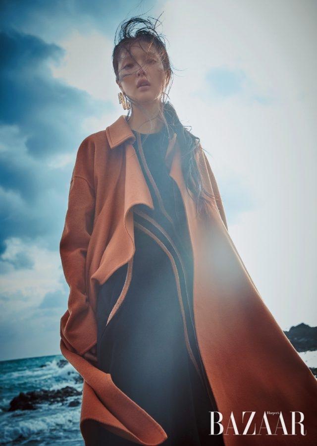 핸드메이드나 체크 맥시 코트로 페미닌 룩에 무드를 더할 것. 선형 라인의 엠브로이더리 드레스, 러플 디테일 코트는 모두 Hugo Boss, 조형적인 골드 귀고리는 H&M 제품.