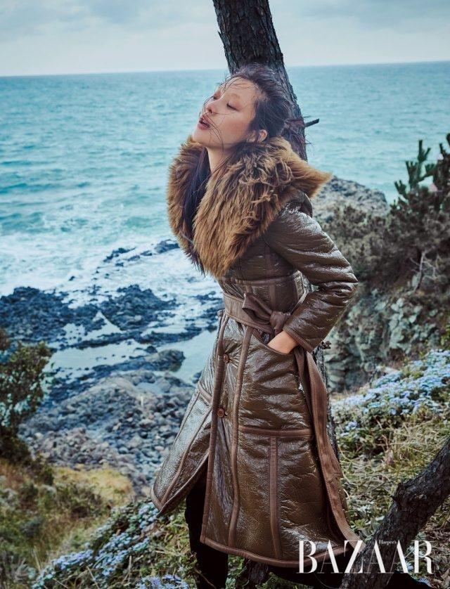 샤이니한 텍스처나 부클레 소재가 돋보이는 아우터로 매력을 발산하라.퍼 칼라가 부착된 레더 코트는 Balenciaga, 사이하이 부츠는 Stuart Weitzman 제품.