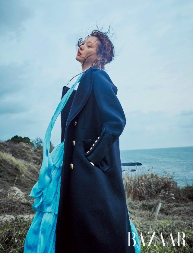 티어드 드레스는 YCH, 뱀피 소재의 칼라 디테일이 특징인 밀리터리 코트는 Dsquared2 제품.