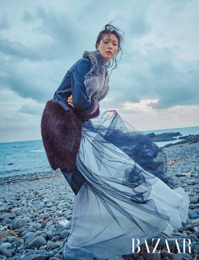 튤 소재의 드레스와 헤비한 아우터의 이질적인 믹스 매치를 즐겨라. 풍성한 샤 소재가 돋보이는 드레스는 Giambattista Valli, 퍼 블로킹 레더 코트는 Calvin Klein Collection, 서클 펜던트가 돋보이는 귀고리는 21만원으로 Numbering 제품.