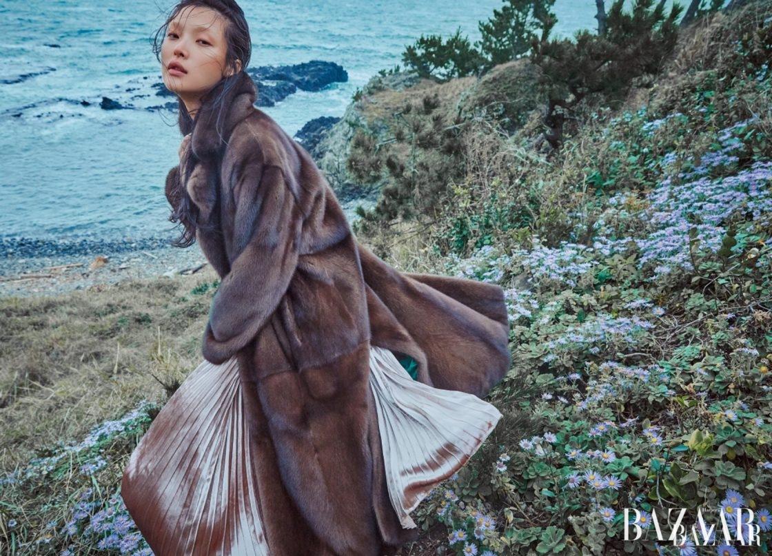 맥시 길이의 밍크코트와 벨벳 플리츠에서 흐르는 유려한 광택의 아름다움.플리츠 벨벳 드레스는 Valentino, 밍크 퍼 코트는 Refur 제품.