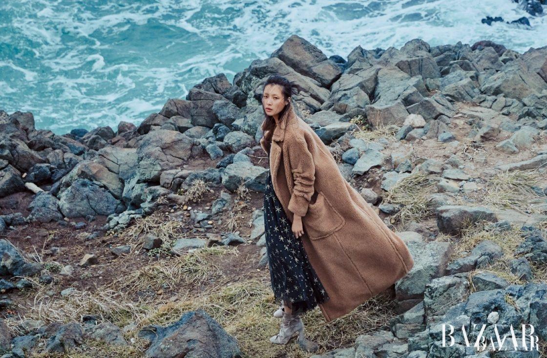 슬립 드레스는 6백74만원으로 Valentino, 램 소재 맥시 코트는 MaxMara, 리본 장식 앵클부츠는 1백60만원대로 Roger Vivier 제품.