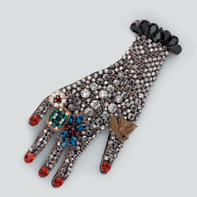 초현실적인 디자인의 브로치는 가격 미정으로 Gucci