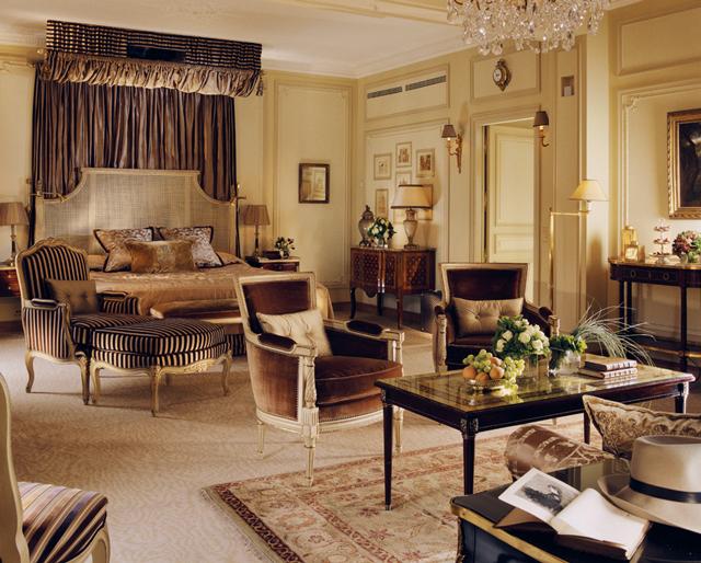 샹들리에, 패턴 카펫, 럭셔리한 소파를 갖춘 호텔 룸