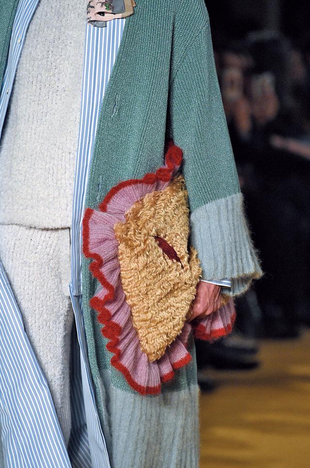 언더커버 쇼에 등장한 큼지막한 가방
