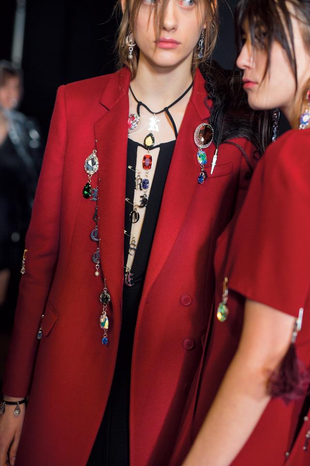 화려한 주얼 장식으로 재킷과 드레스에 에지를 부여한 알렉산더 맥퀸 쇼!