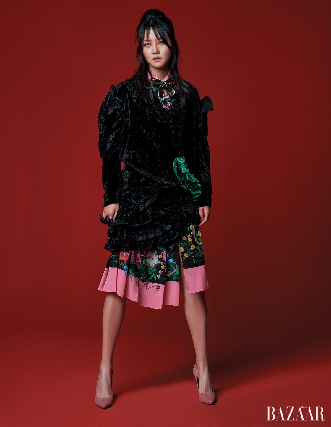 화려한 액세서리나 패턴으로 악센트를 더하라. 벨벳 원피스는 74만8천원으로 Lucky Chouette, 이너로 착용한 플라워 패턴의 리본 디테일 원피스는 5백30만원, 화려한 너클 반지는 가격 미정으로 모두 Gucci, 스틸레토 힐은 Dior 제품.