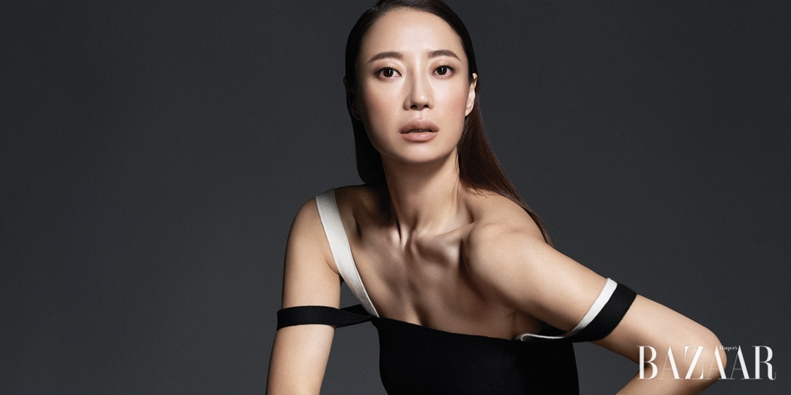 탄력 있는 피부, 아름다운 목선과 균형 잡힌 몸의 곡선을 타고 흐르는 무용가 김윤아의 생동감 넘치는 무브먼트.