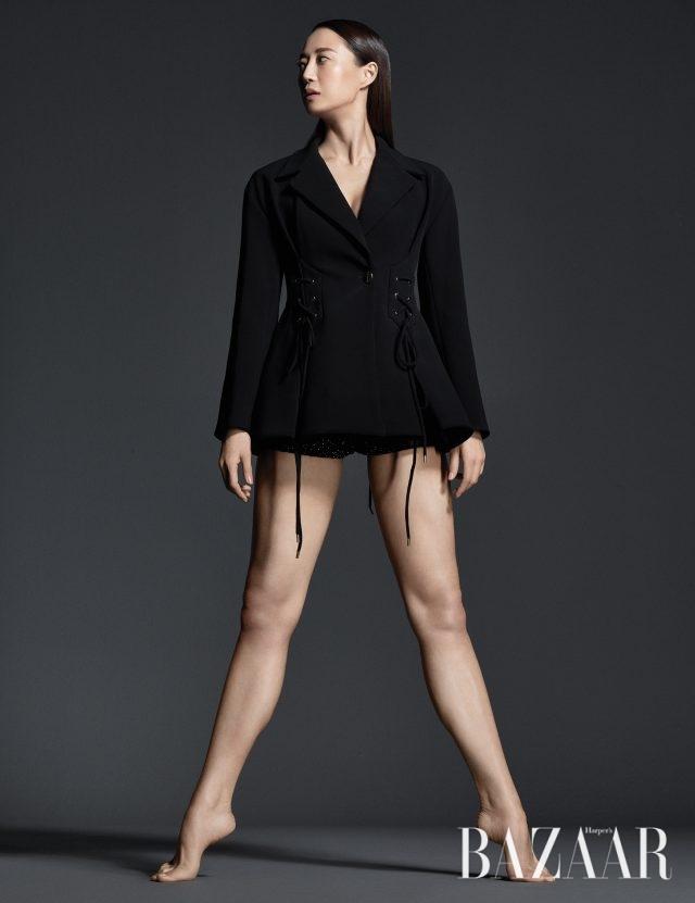 코르셋을 연상시키는 입체적인 재킷은 Ellery by BOONTHESHOP, 브리프는 YCH 제품.