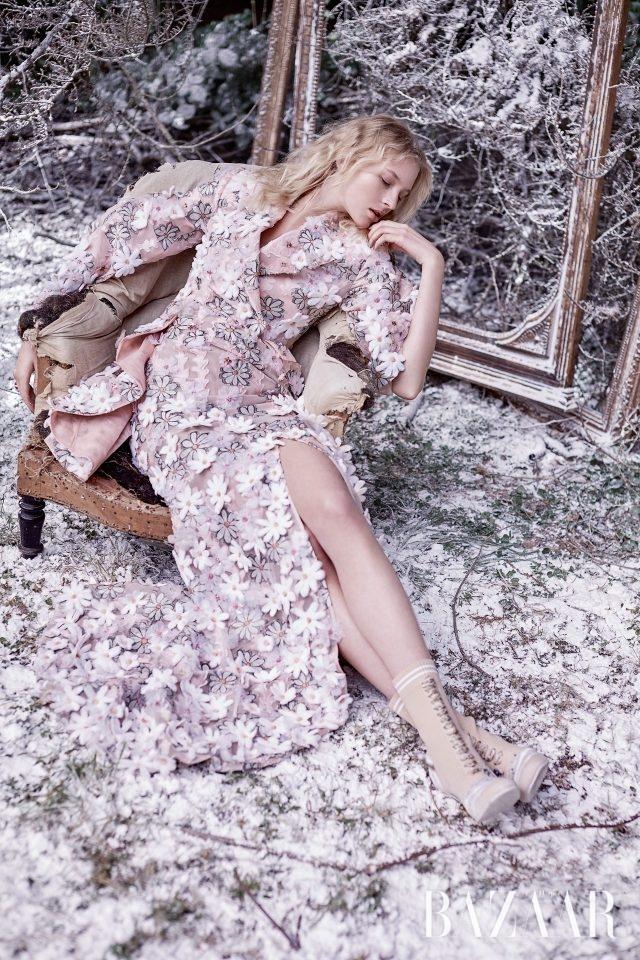 자카드 오간자 드레스, 레이스업 부츠는 모두 Fendi Haute Couture 제품.