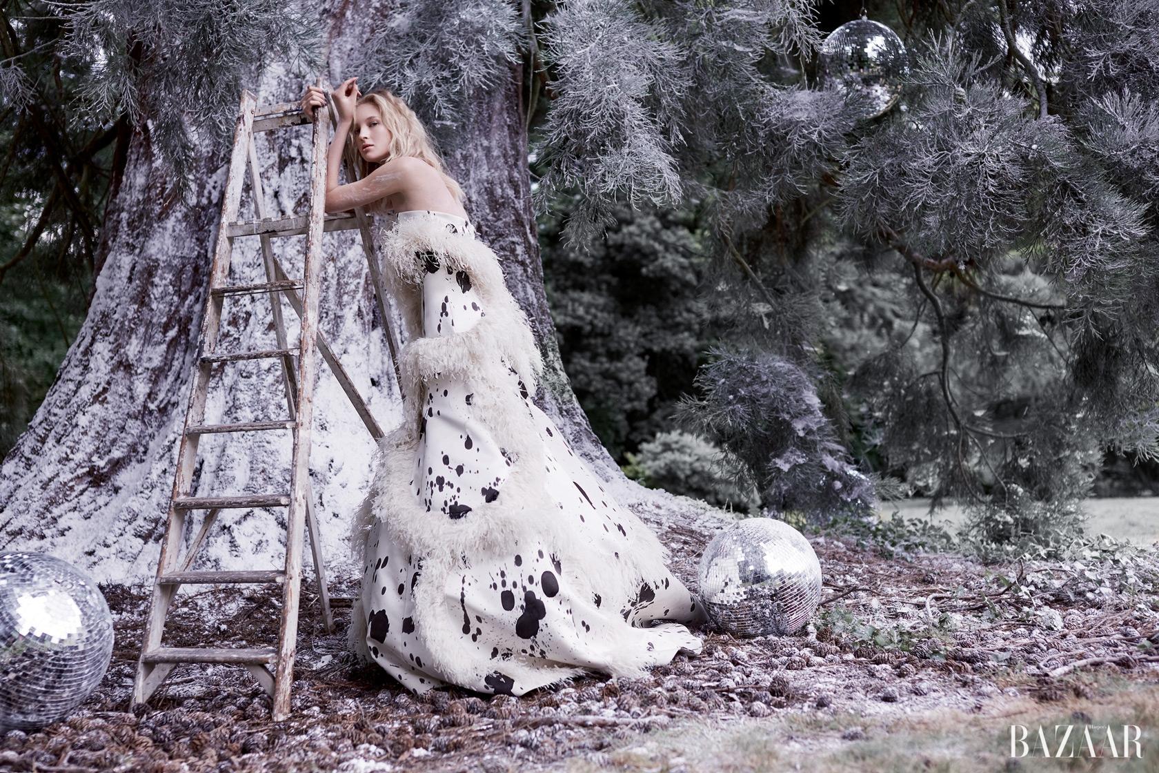 깃털 장식의 실크 드레스는Giles Deacon Couture 제품.
