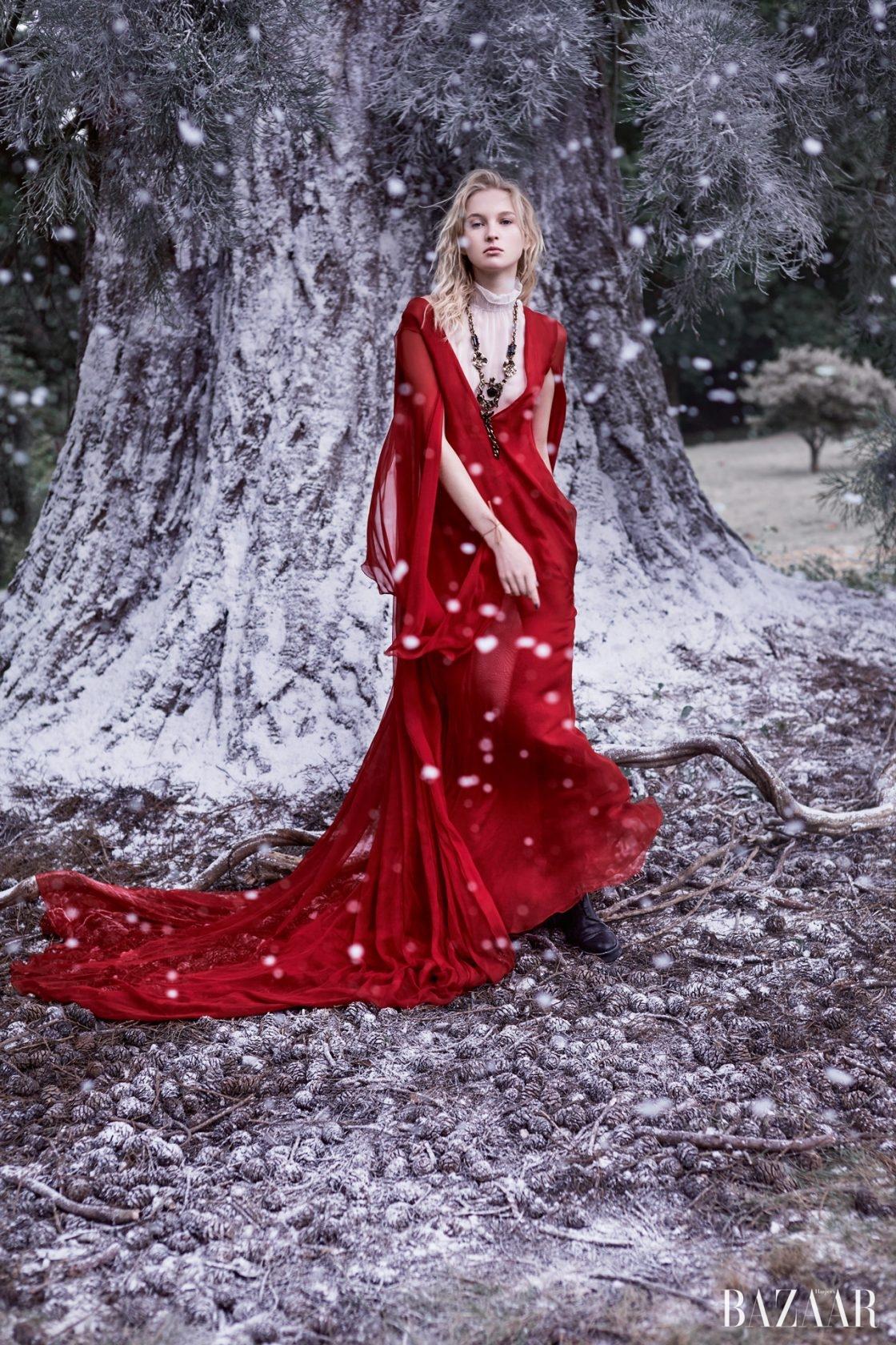 시폰 드레스,시스루 보디수트, 메탈 목걸이,가죽 부츠는 모두 ValentinoHaute Couture 제품.