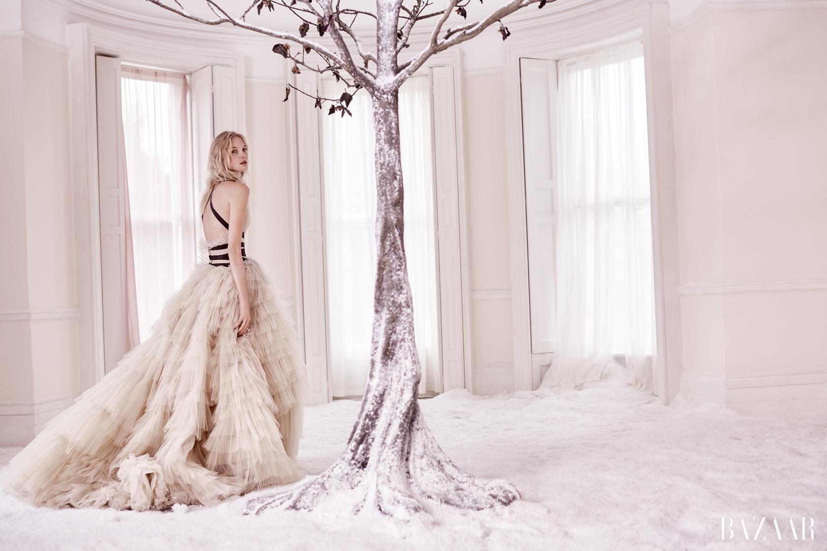 튤 드레스는 Carolina Herrera, 화이트 골드 다이아몬드 반지는 Bulgari 제품.