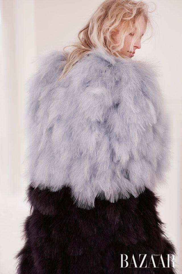 깃털 코트는 Armani Privé 제품.