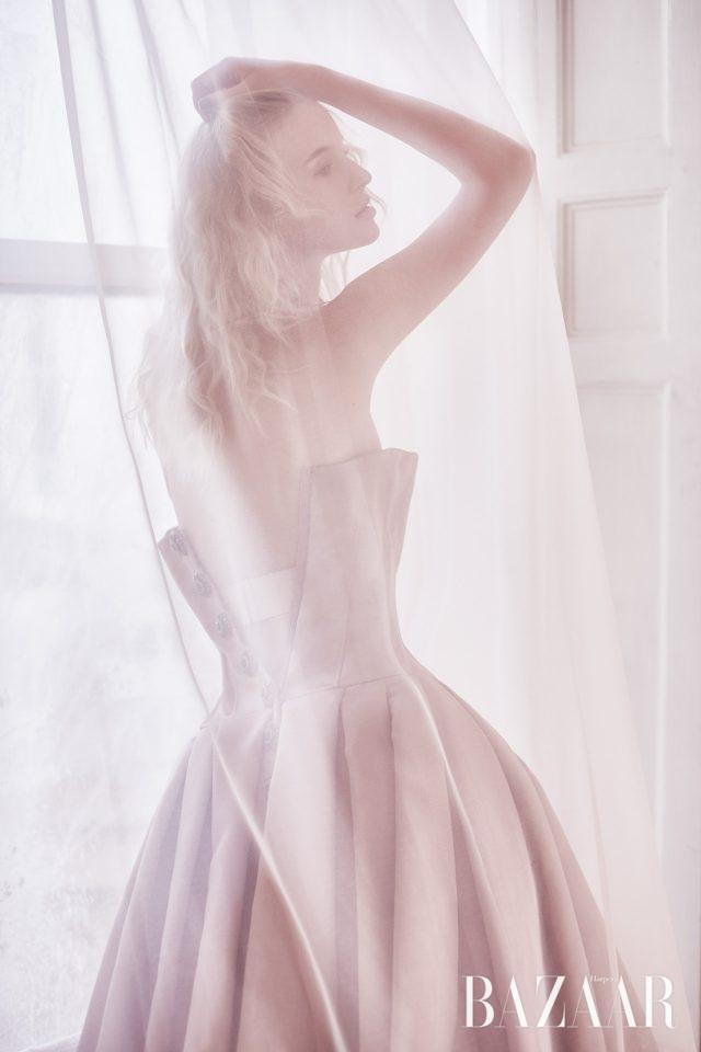 실크 튜브 톱 드레스는 Dolce & Gabbana 제품.