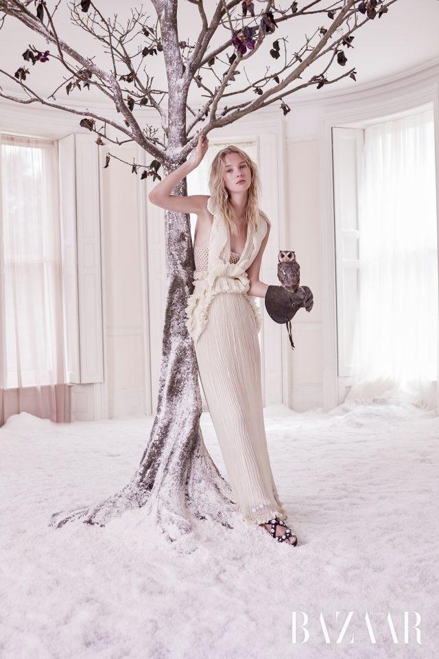 실크 거즈드레스, 피시넷 톱,스와로브스키 크리스털장식의 샌들은 모두Givenchy Haute Coutureby Riccardo Tisci,플래티넘 다이아몬드반지는 Boodles 제품.