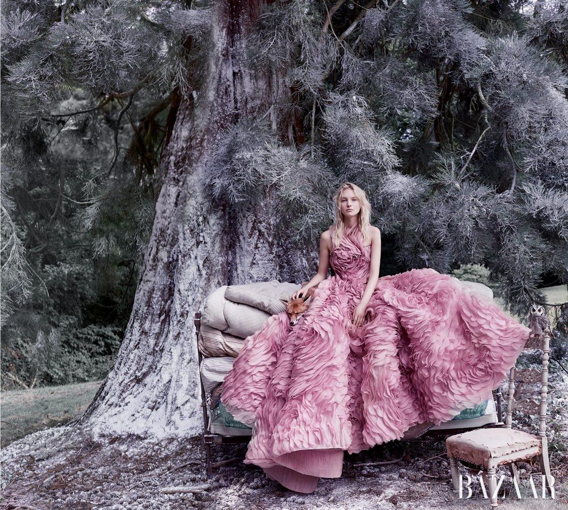 실크 오간자 드레스는 Ralph & Russo 제품.