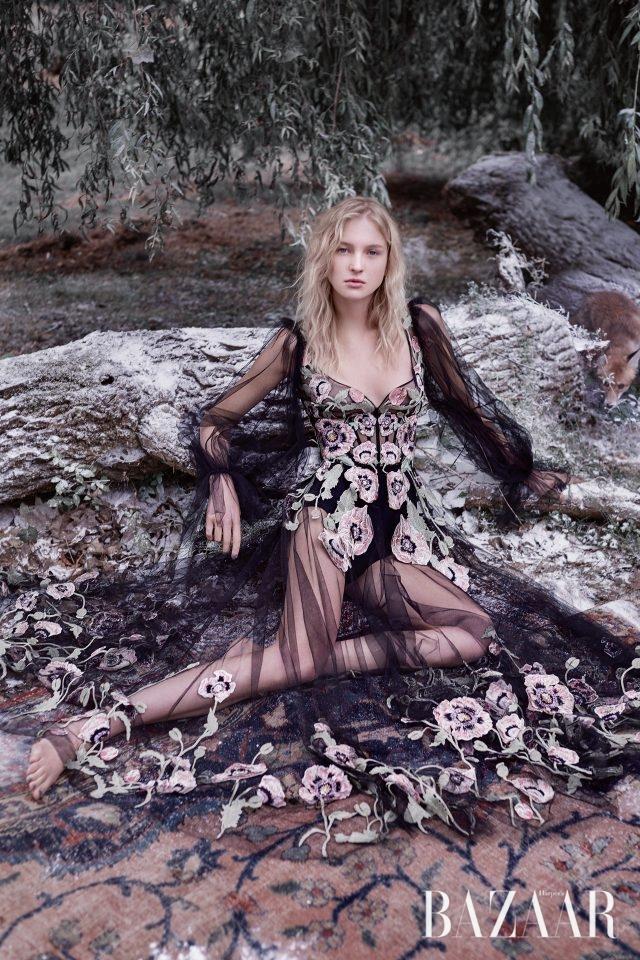 플라워 자수 드레스는 Alexander McQueen, 라이크라 브리프는 Intimissimi 제품.