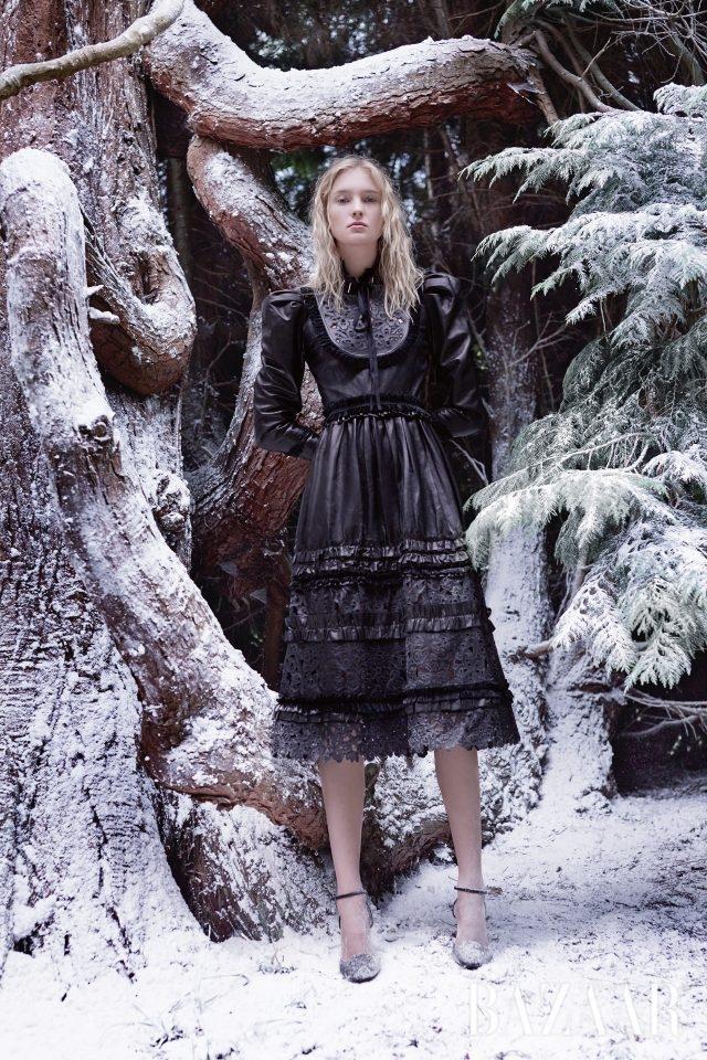 가죽, 벨벳, 실크 소재가 매치된 드레스는 Gucci, 벨벳 슈즈는 Giuseppe Zanotti Design 제품.
