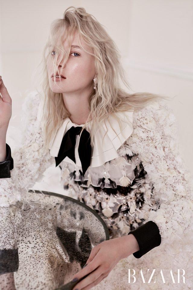 플라워와 깃털 장식의 실크 드레스는 Chanel Haute Couture,화이트 골드에 진주와 다이아몬드가 장식된 귀고리는 Chanel Fine Jewellery 제품.