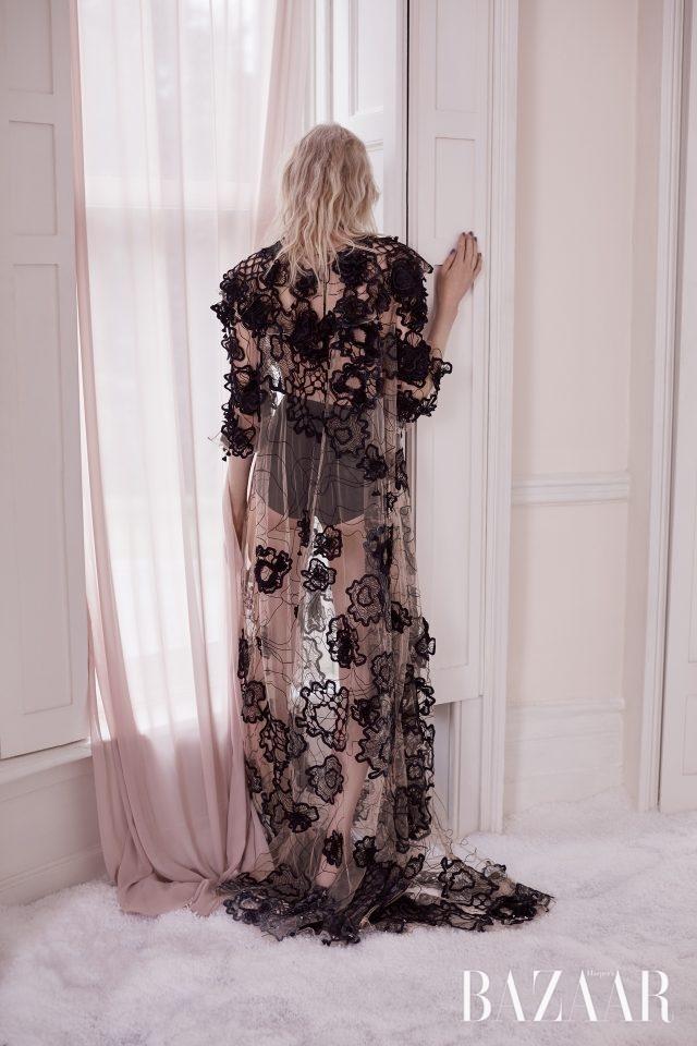 입체적인 장식의 튤 드레스는 Roksanda 제품.