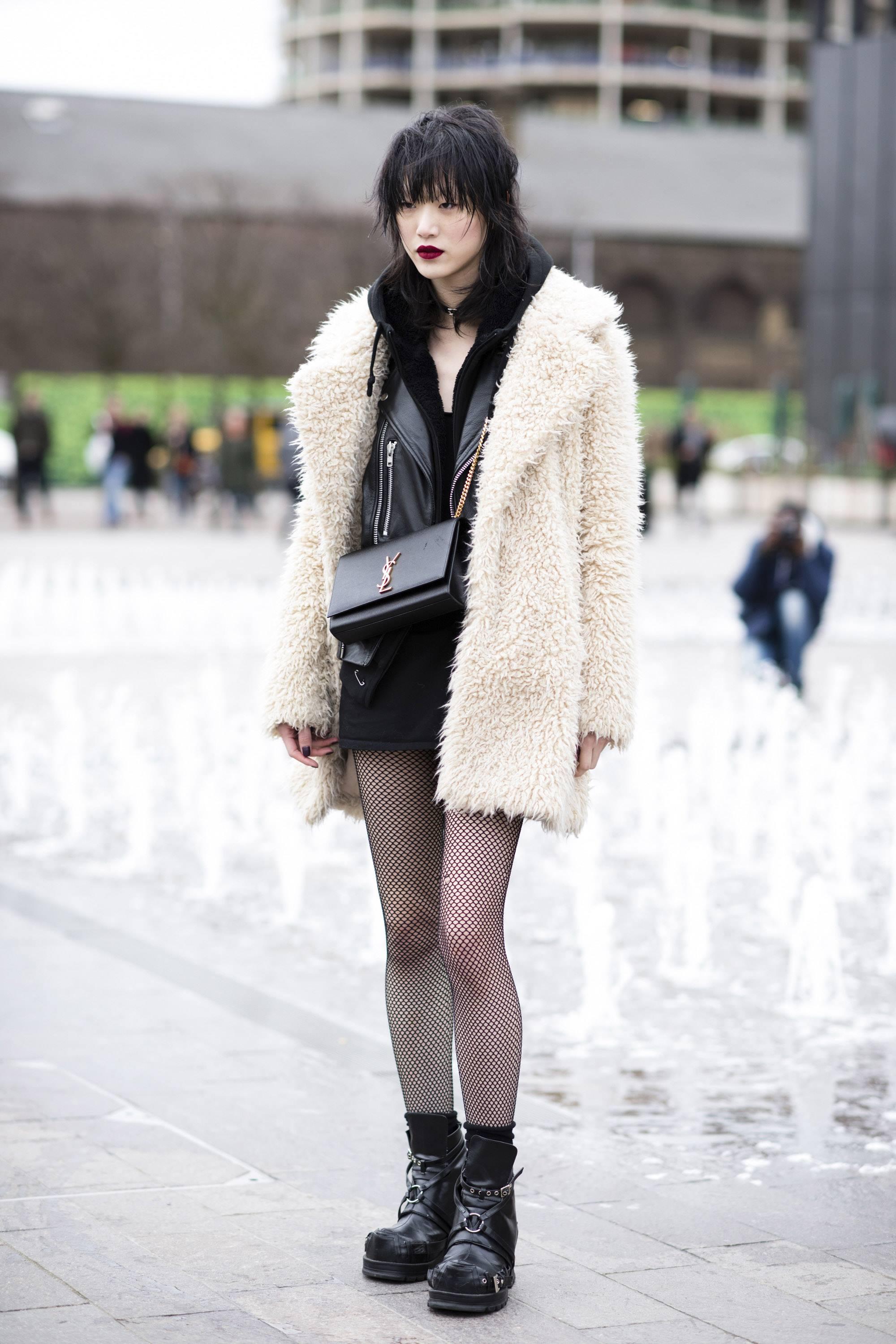 가죽 재킷과 퍼 코트, 미니스커트와 일명 '망사 스타킹' 그리고 워커로 마무리한 모델 최소라.