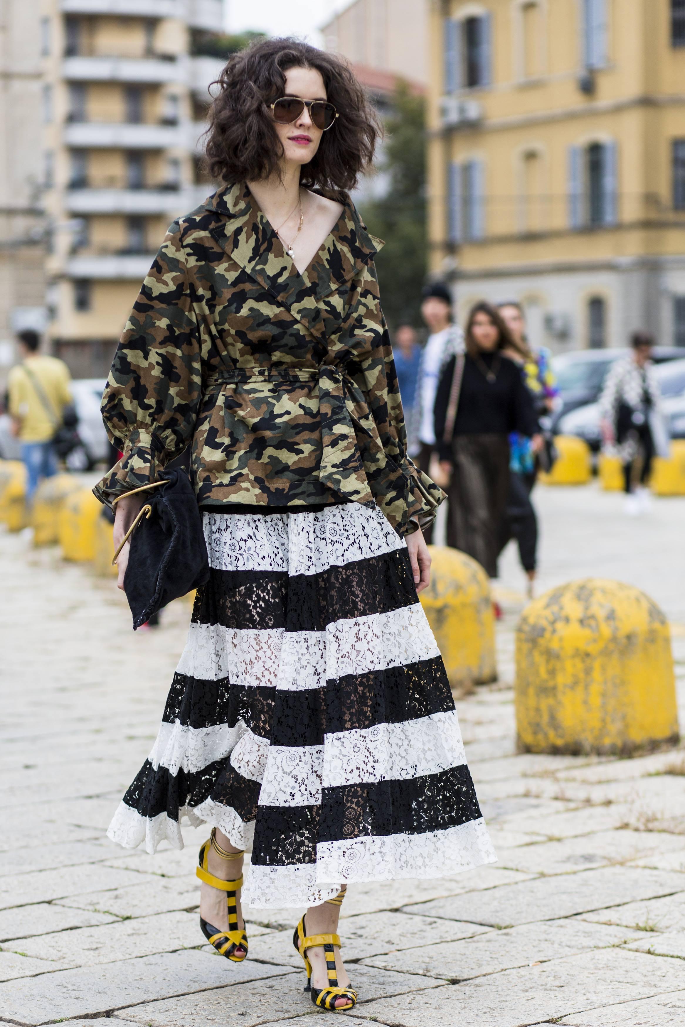 카무 플라주 패턴의 캐주얼한 재킷과 레이스 풀 스커트의 만남.