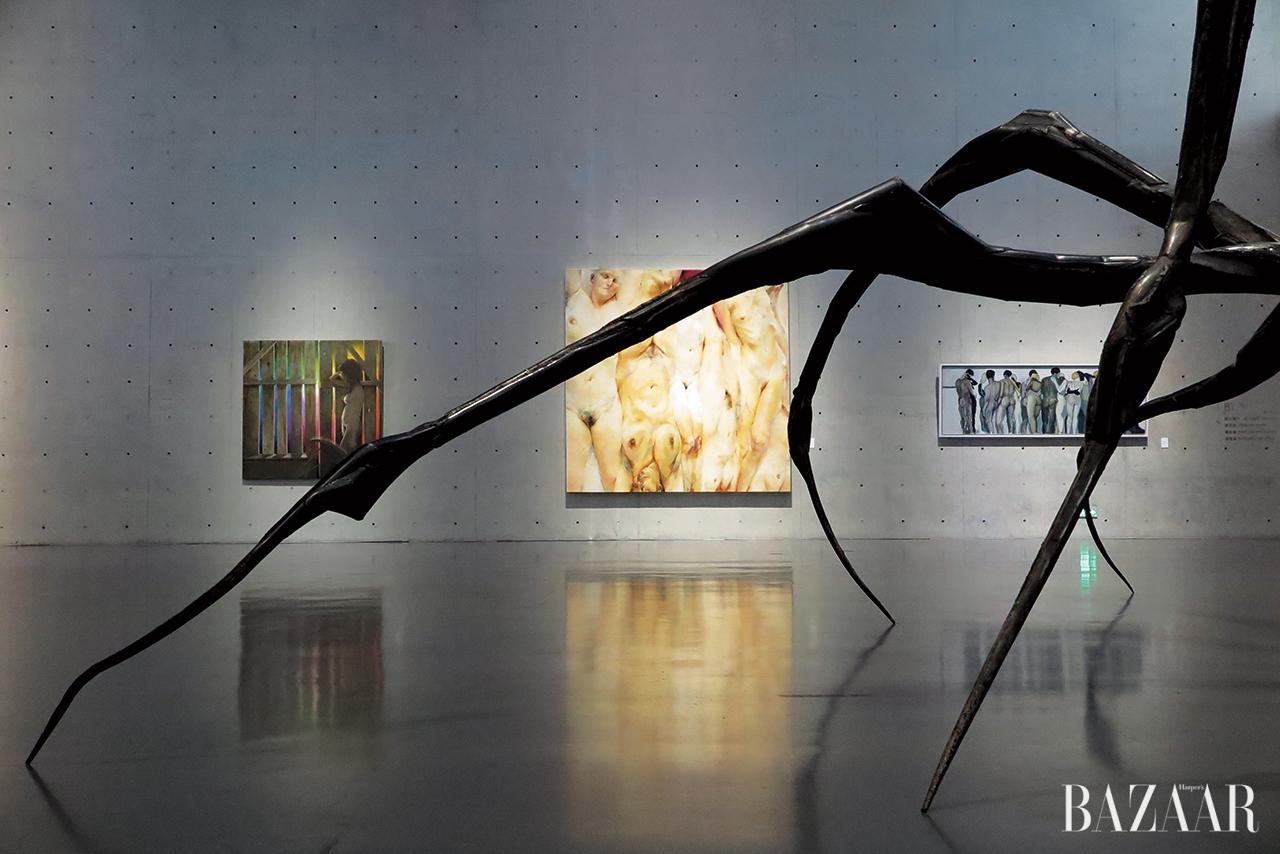 루이스 부르주아의 유명한 거미 작품과 함께,롱 뮤지엄의 그룹전 <SHE: International Women Artists Exhibition>의 전시 전경