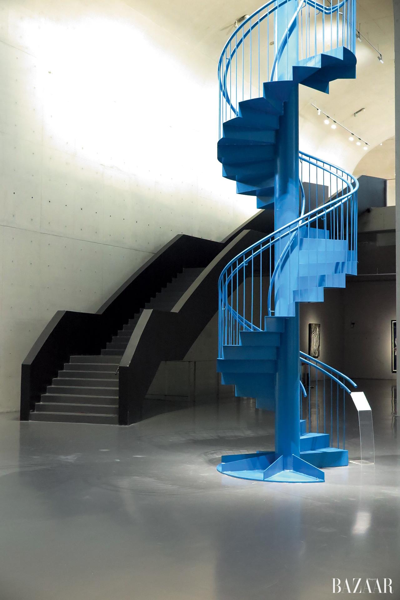 쿠사마 야요이의 'Woman'하늘로 올라가는 파란 계단은 오노 요코의 'To See the Sky'