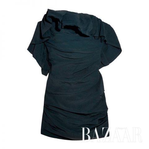 구조적인 러플 디테일이 가미된 카르멘 마치의 드레스