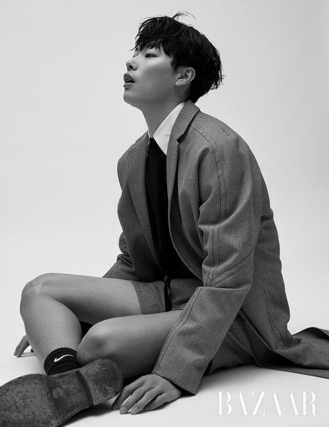 재킷, 셔츠, 팬츠는 모두 Wooyoungmi, 양말은 Nike, 슈즈는 Church's 제품.