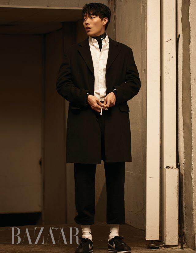 코트와 셔츠는 모두 Maison Martin Margiela, 터틀넥은 Cos 제품.