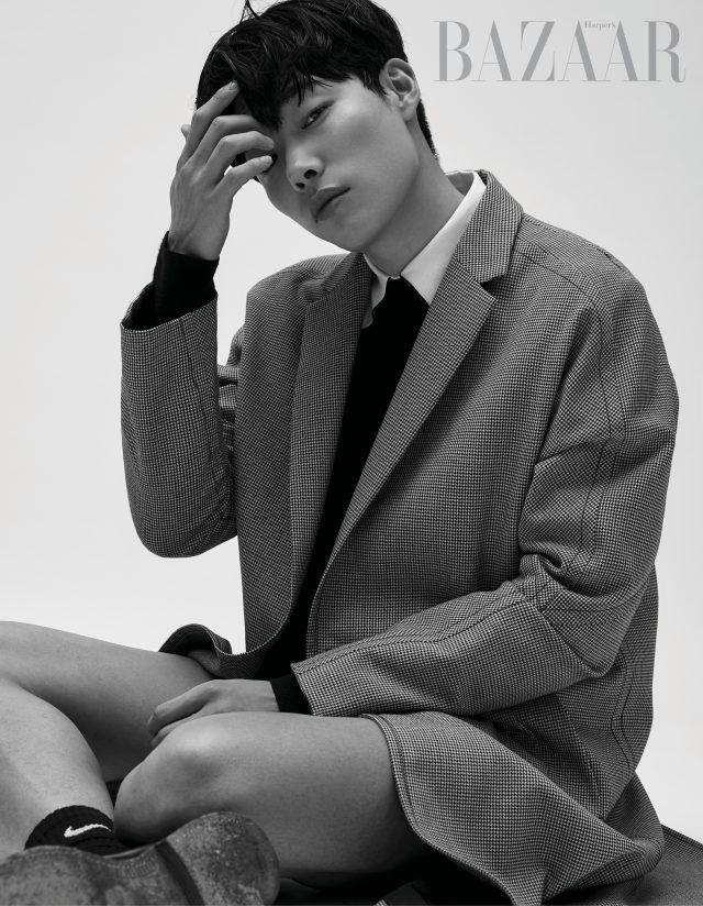재킷과 셔츠, 팬츠는 모두 Wooyoungmi, 양말은 Nike, 슈즈는 Church's 제품.