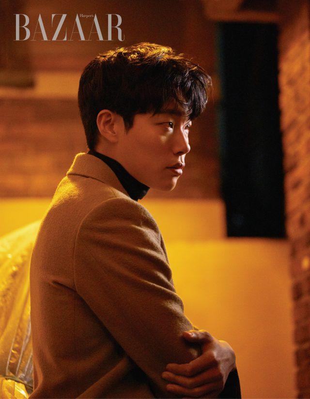 코트는 Kimseoryong Homme, 터틀넥은 Cos 제품.
