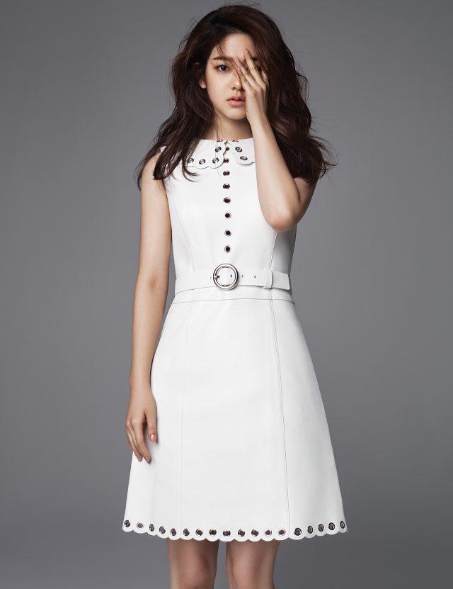 레더 드레스는 Michael Kors 제품.