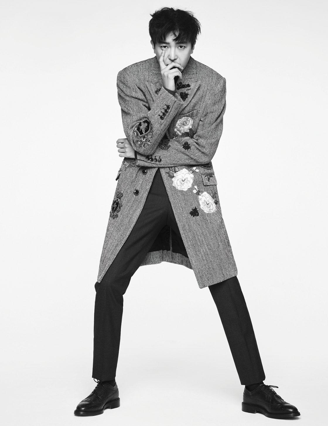 니트, 팬츠, 코트는 모두 Dolce & Gabbana, 슈즈는 Thom Browne, 양말은 스타일리스트 소장품.