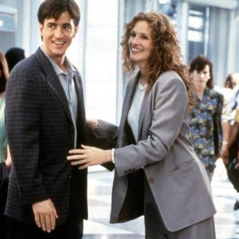 1997년에 개봉한 영화 에서 매력적인 수트 룩을 보여주는 줄리아 로버츠