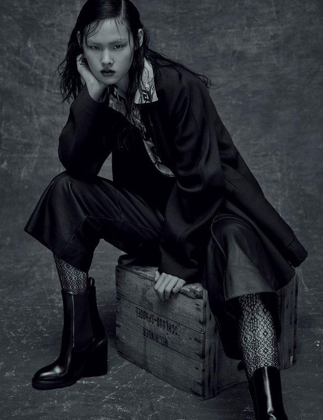 와이드 칼라의 프린트 셔츠로 중성적인 무드를 연출할 것. 미니멀한 디자인의 오버사이즈 재킷, 램스킨 소재의 와이드 팬츠, 소가죽 앵클부츠는 모두 Hermès, 기하학적인 패턴의 실크 블라우스는 1백54만원, 레이스 레깅스는 12만원으로 모두 Gucci 제품.