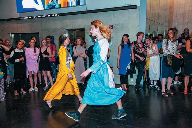 베를린 비엔날레의 센터 포 스타일 패션쇼 퍼포먼스