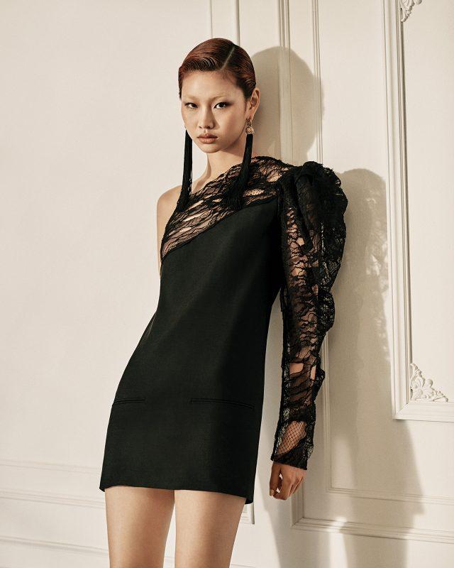 로맨틱한 드레스에 맥시 기장의 드롭 귀고리로 모던함을 유지할 것.레이스 소재의 원 숄더 슬리브 미니 드레스, 롱 태슬 귀고리는 모두 Saint Laurent 제품.