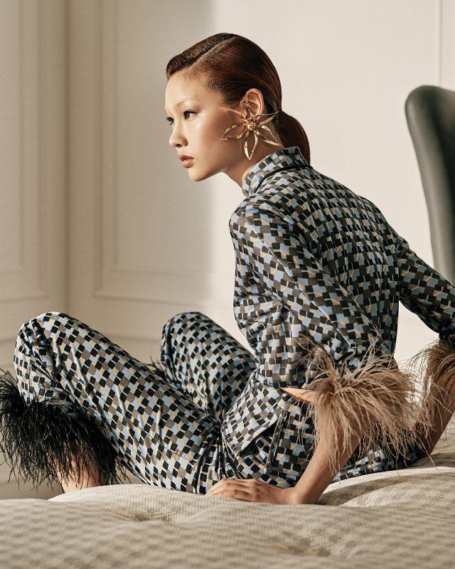 레트로의 귀환.컬러 페더 장식의 패턴 톱, 팬츠, 벨트는 모두 Prada, 플라워 모티프 골드 귀고리는 The Centaur, 화보에 계속 등장하는 침대 프레임은 SIMMONS Collection 툴레아, 매트리스는 Beautyrest 이터니티로 모두 SIMMONS 제품.