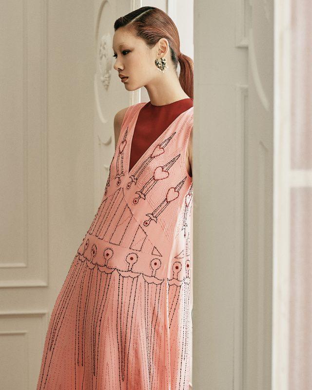 화려한 스티치 장식과 자카드 소재로 우아함을 극대화하라.패턴 자수 드레스는 Valentino, 진주 장식 하트 귀고리는 17만원으로 The Gobo 제품.
